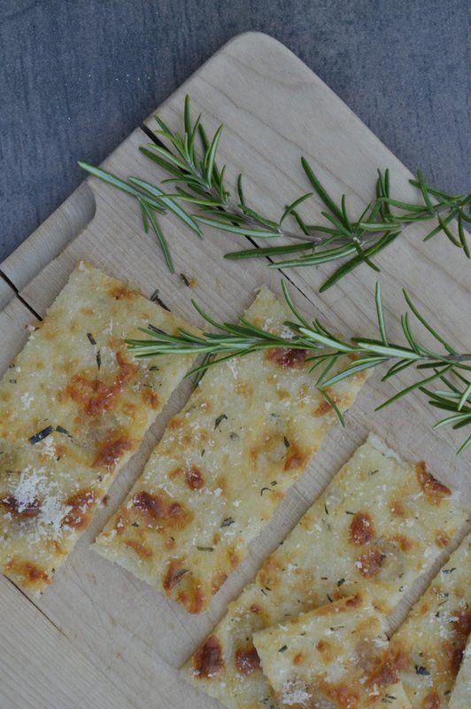 Lust auf ein Rezept, mit dem ihr auch ganz spontan Gäste empfangen könnt? Dieses Pizzabrot ist perfekt für warme Sommerabende. Lecker mit frischen Kräutern.