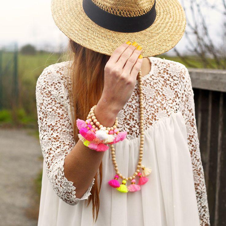 Collier / Sautoir Boho Perles en bois naturelles. Teinte claire. 5 pompons de couleurs avec intercalaires dorées. Boho summer, boho spirit, bijoux boho,
