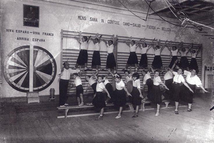 Clase de gimnasia en un colegio de señoritas de Madrid años cuarenta (Álvaro)