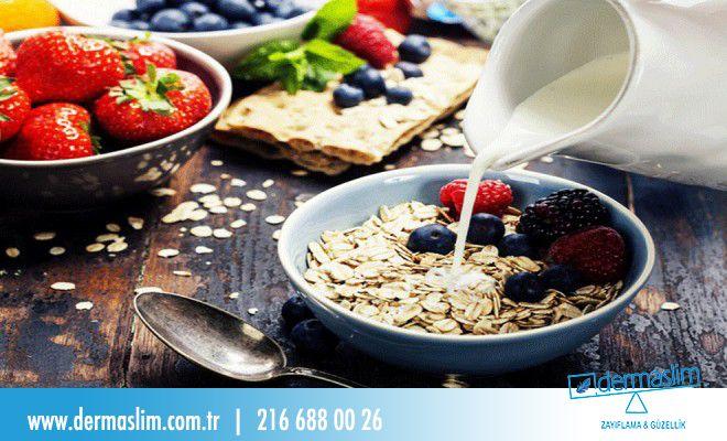 Sağlıklı Yaşam Önerileri ! Kahvaltı günün en önemli öğünüdür. Sabah koşturmasında hazırlamaya zamanınız yoksa size iyi bir alternatif : 1 su bardağı süt + 2 çorba kaşığı yulaf ezmesi + 1 avuç yaban mersini + 2 tam ceviz !