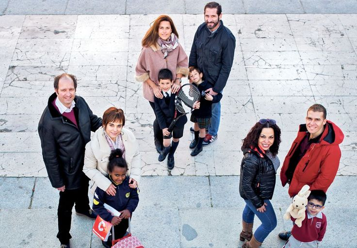 EDUCATION-PURCHASING POWER-INTEGRATION. Group of parents in a square in Madrid. The loss of purchasing power of much of the population forced to take detailed accounts, relegating to the background very essential: the educational project. Parents appreciate the diversity of students is sign -multirracial, cultural, economic-existing social diversity and the involvement of parents / families in the training projects.