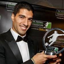 Bola Tangkas – Luis Suarez membelanjakan sebagian kecil pendapatannya untuk membeli bir guna merayakan pesta perpanjangan kontraknya dan kenaikan gajinya untuk empat musim mendatang.