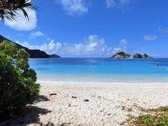 沖縄県慶良間諸島の島渡嘉敷島の最大の魅力は海の綺麗さ 慶良間諸島の海はその青さと透明度の高さからケラマブルーとも呼ばれダイバーに人気なんですよ 沖縄本島からフェリーで1時間でいけて2万円ほどで一泊朝食ダイビング付きのプランがありますので今年の夏はぜひ渡嘉敷島へお越しください tags[沖縄県]