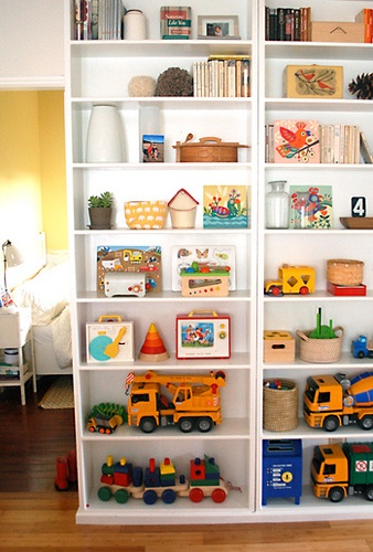 Even kid-friendly homes can have nicely decorated bookshelves.