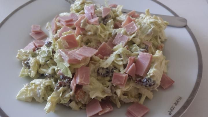 Spidskålssalat, med skyr, grøn pesto, citronsaft, peberrod, rosiner, solsikkekerner, mandler og skinke.