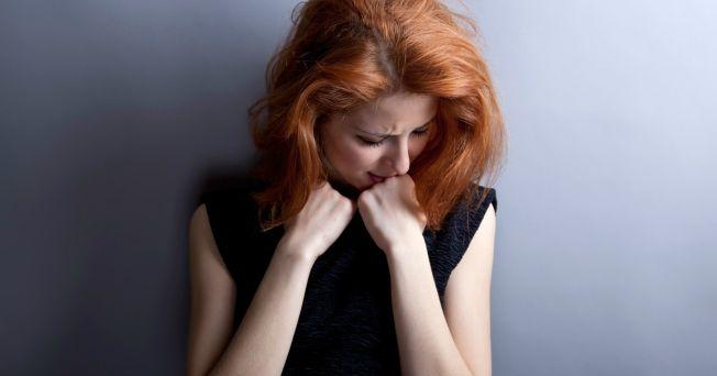 """Las crisis de pánico y los infartos tienen síntomas parecidos. Los 2 estimulan la respuesta corporal que produce el deseo de """"luchar o correr""""; pero si los síntomas duran por más de 2 o 3 minutos, o si el dolor se va y luego regresa, puede que tenga una enfermedad cardiaca. Sólo después de someterse a estudios más allá del electrocardiograma estándar se puede saber si el dolor proviene del corazón."""