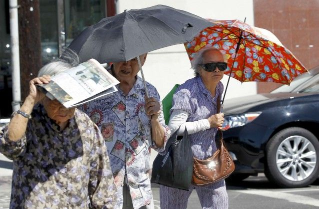 Seniors In Los Angeles Shade Themselves As Temperatures Rise California Faces A Record Breaking October Heat Wave California Heatwave Latest Science News Heat