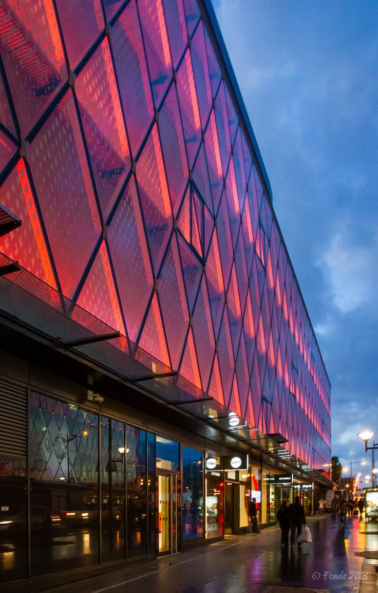 'Beaugrenelle' shopping mall's exterior lights change color / Photo by Fonda2013