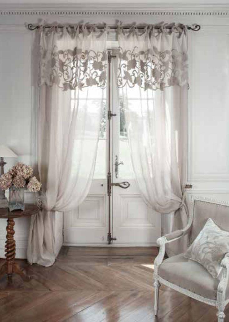 "Tende di lino naturale e valenziane in cotone ricamato, velluto beige ""Manoir"" Mathilde M. Materiale: Lino + velluto e cotone ricamato. Dimensioni: 140 x 300 cm. Spedizione Gratuita."
