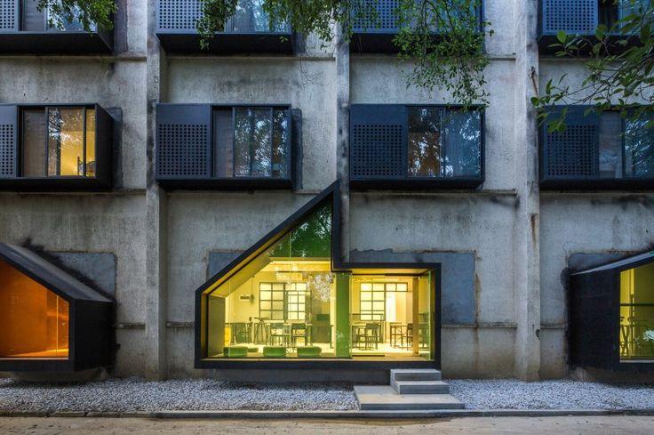 Früher wankten an dieser Fassade in der chinesischen Boomstadt Shenzhen übermüdete Fabrikarbeiter entlang, um in ihre Schlafsäle zu kommen. Heute fallen hier, im Youth Hotel, Reisende sehr kommod in ihre Betten. O-Office Architects haben die Herberge entworfen.