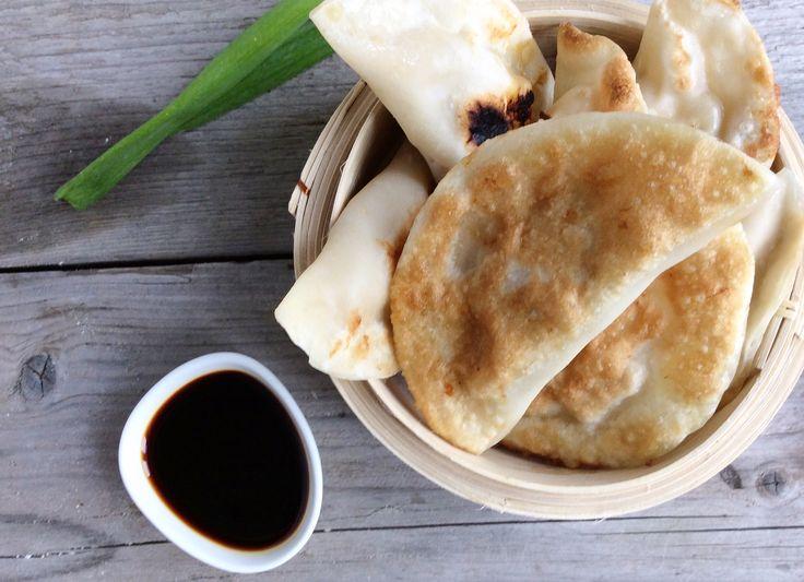 Gezonde snack van gebakken dumplings gevuld met kip en gamba, geserveerd met een soja honingdip