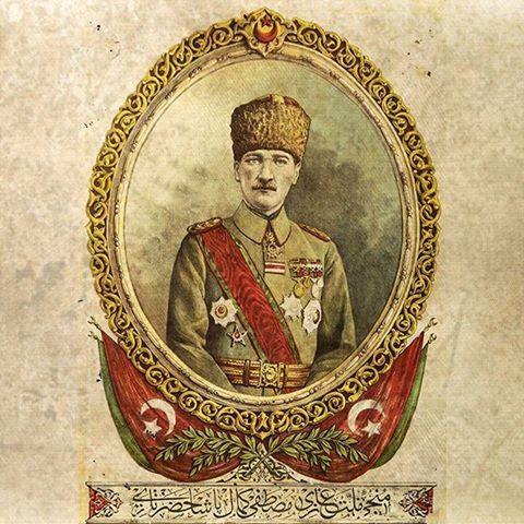 """Mustafa Kemal Atatürk'ün Sultan Vahdettin'in yaveri olduğu döneme ait taş baskı bir portresi. Üzerinde, Şam, Bingazi ve Çanakkale'de gösterdiği başarılarından dolayı Sultan Abdülhamid, Sultan Reşad ve Sultan Vahdettin tarafından verilen madalyalar yer almakta. Alt tarafta ise """"Milletinin Kurtarıcısı"""" anlamına gelen """"Münci-i Millet Gazi Mustafa Kemal Paşa Hazretleri"""" yazıyor. Portrenin altında yazan yazı, hattat Halim Özyazıcı'ya ait. (Tarih-i Kadim)"""