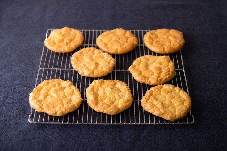 低糖質でグルテンフリーのパン「クラウドブレッド」が、欧米のSNSやインスタグラムで話題です。雲(クラウド)のような形をしたふわふわ食感のパンは、そのまま食べても、具材を乗せたり、はさんだりしてもOK!クラウドブレッドの本の著者でもあるお菓子研究家の吉川文子さんによれば、「クリームチーズ、卵、砂糖、ベーキング