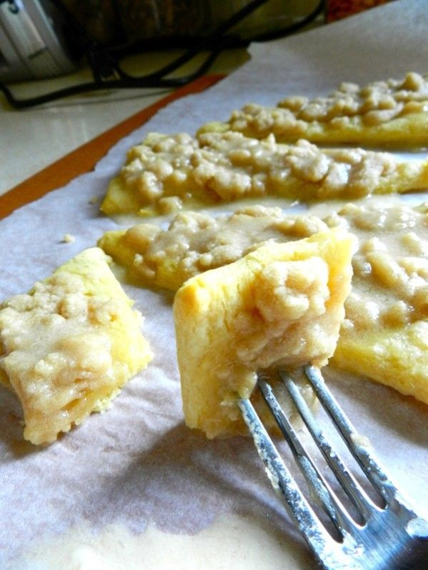 Sugar Crumb Dessert Pizza Recipe: Get ready for these cinnamon-y delights made from soft, flaky crescent roll dough. #dessert #sugar #pizza
