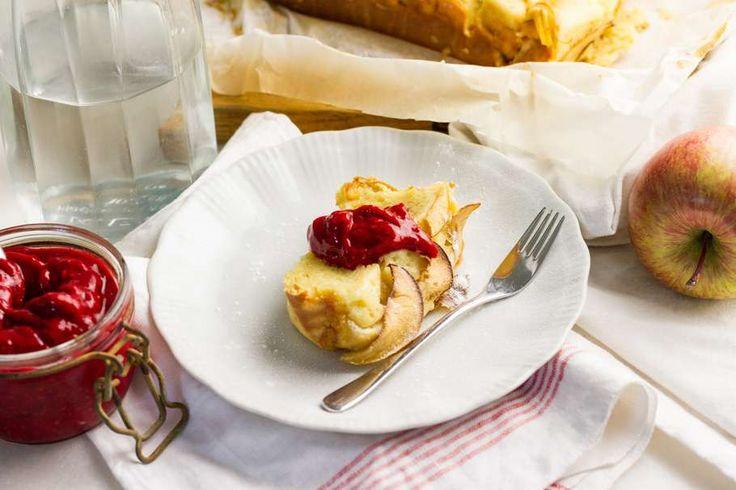 Recept voor appel-yoghurtcake voor 4 personen. Met zout, boter, appel, framboos, yoghurt, honing, ei, bloem en bakpoeder