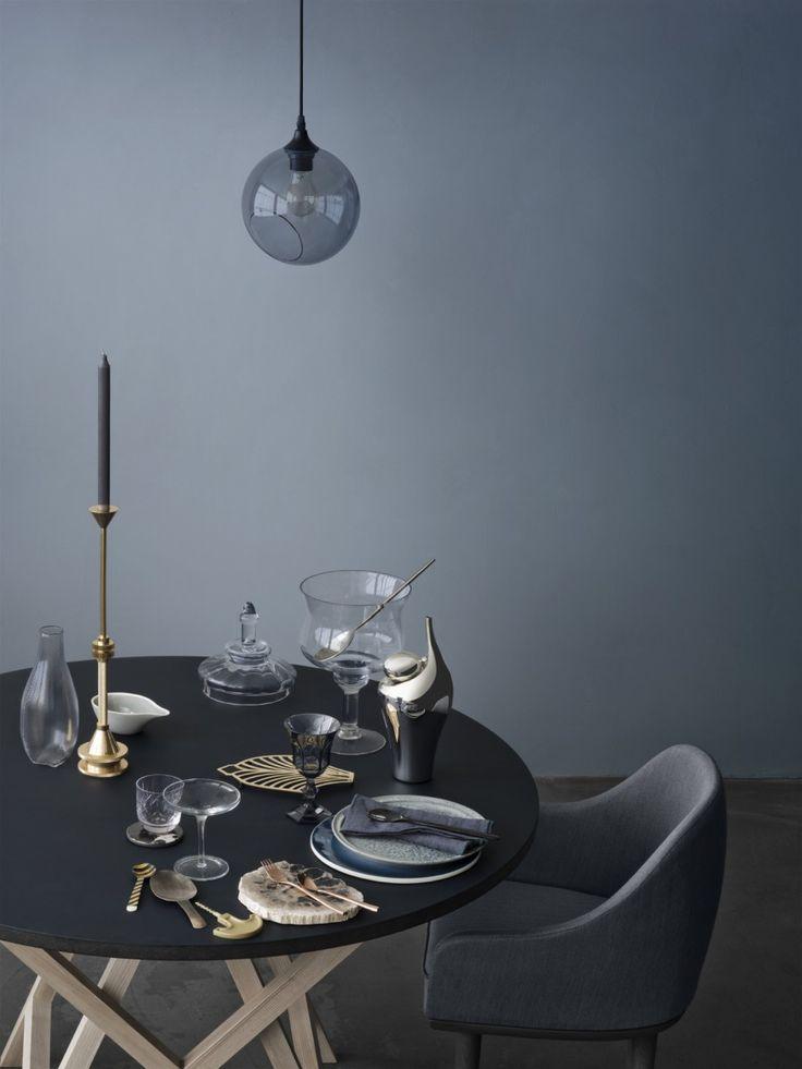 Blau-Grau als Wandfarbe ist edel. www.kolorat.de #KOLORAT #Wandfarbe #Esszimmer