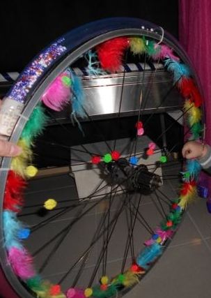 Met een oud fietswiel en enkele waardevolle, kosteloze materialen die de zintuigen van kinderen kunnen prikkelen, kan je zelf een leuk voelwiel in elkaar knutselen. - Kinderdagverblijf De Knuffelboom UZ Gent