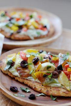 naan pizza van naanbrood |  1 paprika (geroosterd) | tomaat | zwarte olijven | artisjok | koriander en munt | Vegan pizza