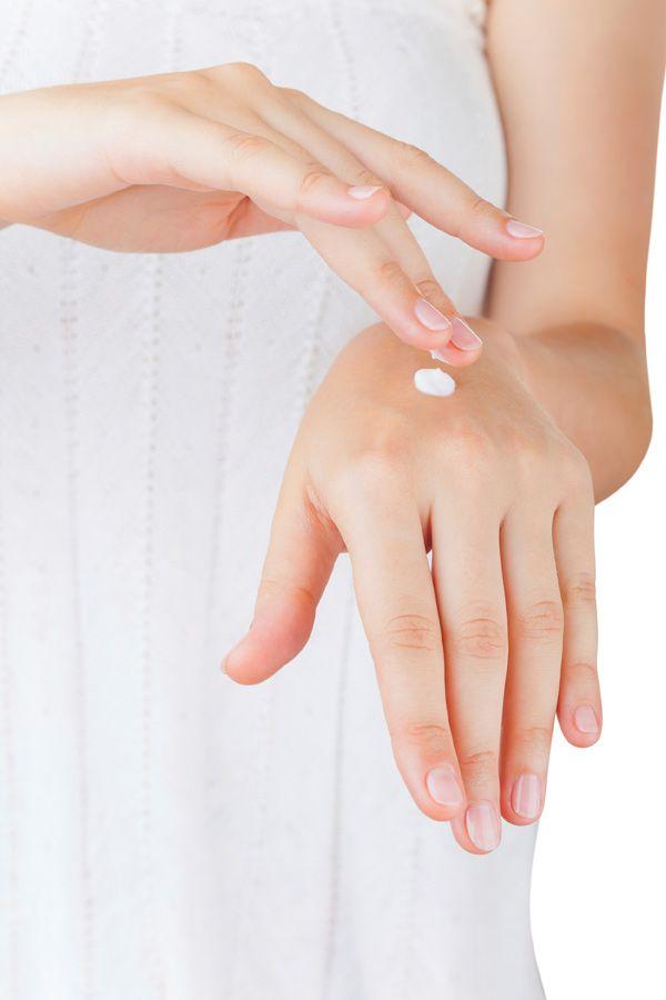 Auch eine feuchtigkeitsspendende Handcreme lässt sich schnell und einfach selber machen! Dieses Rezept ergibt ca. 150 ml Handcreme: 4 EL Walnussöl, 2 EL