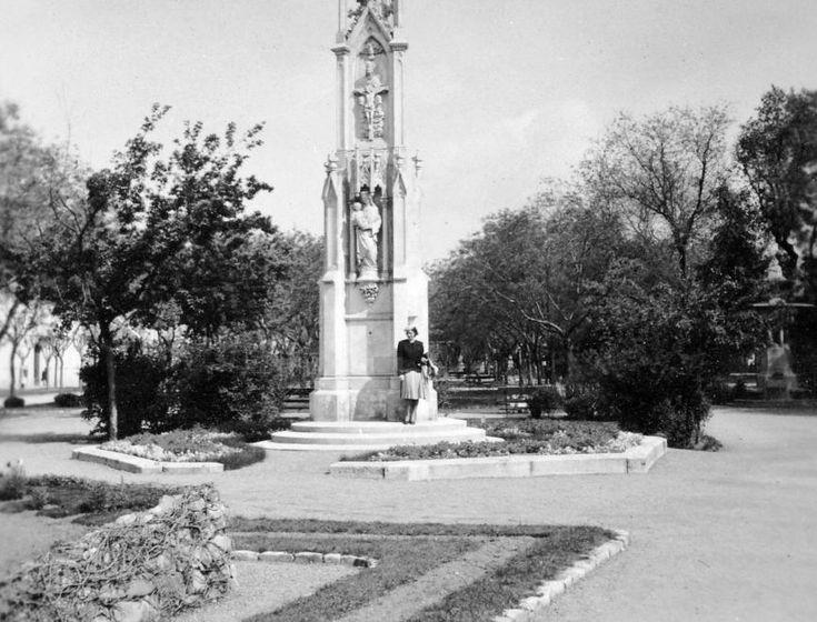 a Zichy-liget a Szentháromság szoborral.