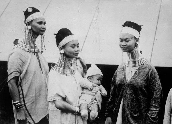 Mulheres birmanesas chegando nos EUA em 1935. (Photo by Boyer/Roger Viollet/Getty Images)