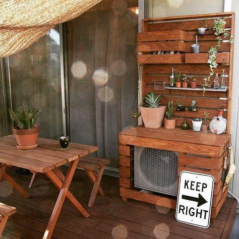 お家のベランダやお庭に置いてある室外機は、大きくて存在感抜群。そんな室外機にカバーをかけて目隠しすると、ナチュラルな雰囲気になるんですよ。そうすれば、ベランダに置いた観葉植物やデッキチェアとの相性が良くなり、おしゃれなエクステリアになります。すのこや板を使って、可愛いデザインの室外機カバーをDIYして、ナチュラルなベランダの雰囲気作りをしましょう♪みんなの室外機リメイクのアイデアをご紹介します。