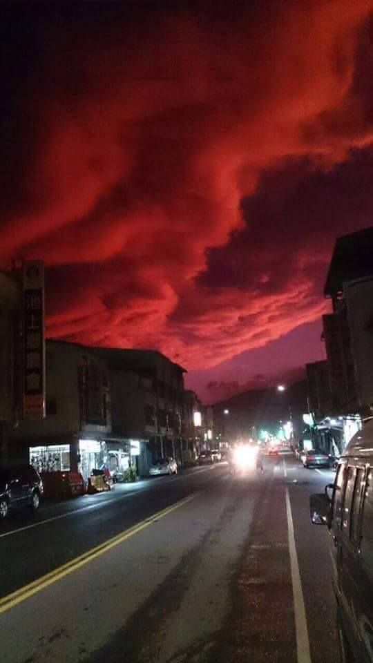 And suddenly the sky turned blood red. And that weird phenomenon just occurred after the Typhoon Dujuan hit Taitung, Taiwan.