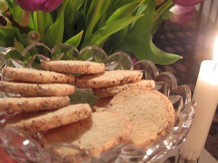 Jag älskar kardemumma, och använder gärna denna härliga och nyttiga krydda i både matlagning som till kakor och efterrätter. Till exempel de här spröda urg