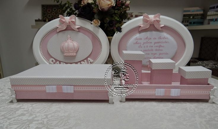 Tudo em rosa e branco, delicadíssimo, para a Princesa Carolina!!!!Caixa grande... Composé de listras e poás, tudo muito delicado...Monograma de Carolina em bordado...Pés em resina para ...