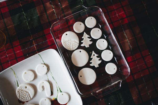 """après un échec lamentable l'an passé pour fabriquer des ornements en argile pour mon arbre de noël, je cherche depuis un mois LA recette de pâte parfaite qui me permettra d'accrocher de petits ornements personnalisés à mon arbre et sur mes cadeaux cette année. après en avoir """"pinné"""" plusieurs sur..."""