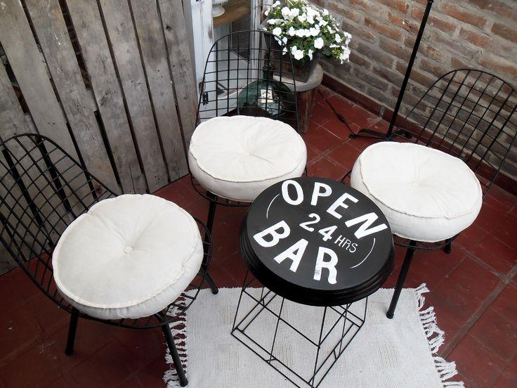 https://www.pinterest.com/nadasepierde/bancos-y-sillas/ Sillas Bertoia + mesa de chapa