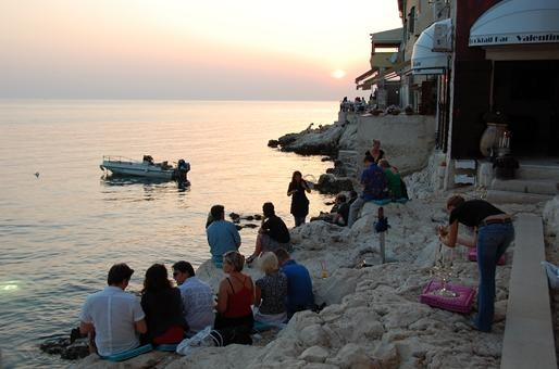 Rovinj, Croatia: Valentino Cocktail & Champagne Bar provides patrons with a seat cushion and welcomes them to find their own seaside niche, quite literally on the rocks