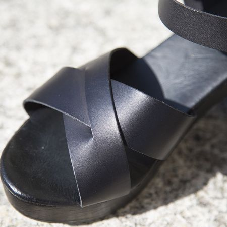 www.onyva.ch #sandals #sandale #lagarconneshoes #summershoes #shoes #sandale #black #blacksandals #blackshoes #springshoes #fashion #shoedesign #shoeinspiration
