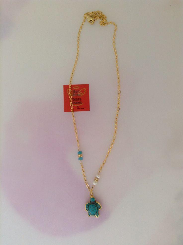 Cadena en gold filled con tortuga en turquesa y oro electroplated de 24k, jade y perlas de agua. Ref.p137. benditas_tentaciones@yahoo.com