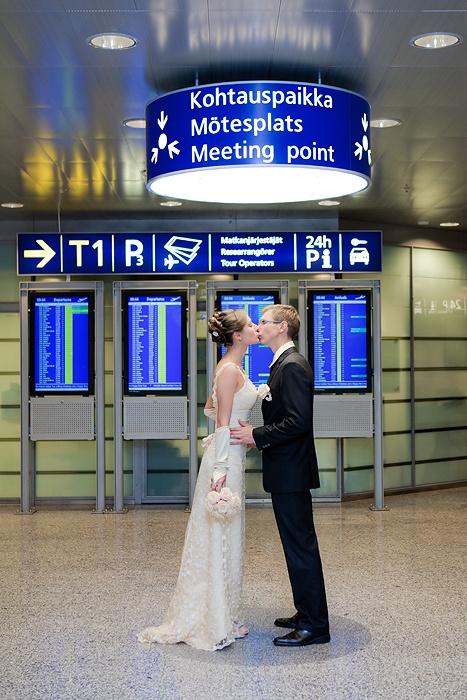 Airport wedding by Studiohappymoment, Lentokenttä häät Helsingissä