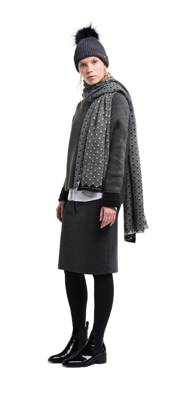 Damen Outfit modische Geometrie von OPUS Fashion: graue Mütze, weiße Bluse, grauer Pullover, grauer Schal, grauer Rock