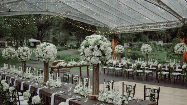 Elegant white reception decor   Photo by Maloman Studios