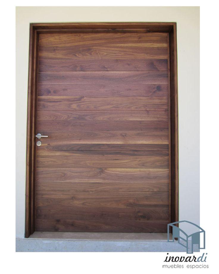 Puerta principal de nogal