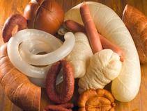 Любое застолье или просто дружеские посиделки не обходятся без традиционной закуски – мясной тарелки, а что ж это за нарезка без вкусной колбасы. Домашняя вяленая колбаса занимает почетное место среди любимых закусок. Ее рецепт происходит с белоруской кухни, где сыровяленую домашнюю колбасу готовит практически каждая хозяйка. Вариантов этой закуски очень много, но принцип приготовления один.