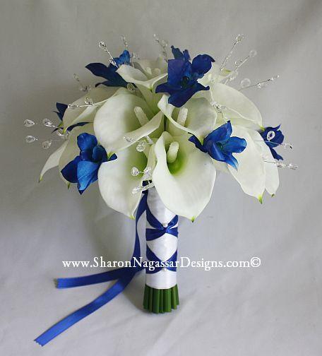 Bouquet de mariée mariage - blanc/écru-blanc Lys Calla et des orchidées Dendrobium bleu avec cristaux - bleu royal et boutonnière marié ensemble