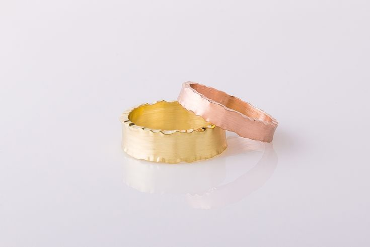 Brede trouwringen met grillige bewerking. roodgoud Wide wedding rings with erratic operation. red gold