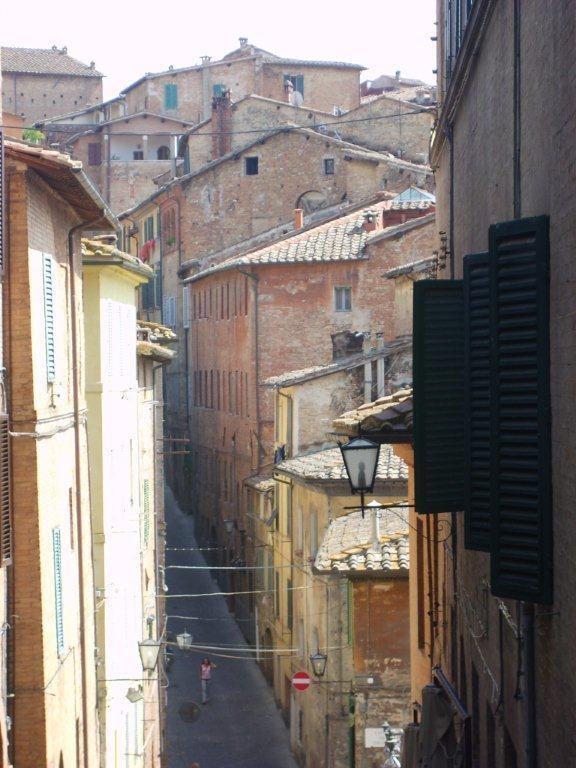 Kahvelerimiz bittikten sonra sokaklarda gezinmeye başlıyoruz. Diğer gezdiğimiz şehirler, kasabalar gibi burasıda rüya gibi. Gitme vakti geldiğinde arabamıza doğru şehirden aşağıya doğru inmeye başlıyoruz... Daha fazla bilgi fotoğraf için; http://www.geziyorum.net/siena/