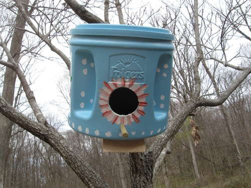 Green Birdhouses using Folgers cans.  I would do this a little different.  Now to use the coffee up!