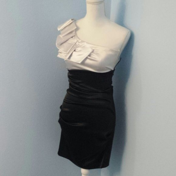 Black and White Dress 97% Polyester 3% Spandex Lining 100% polyester Short dress, above knees Zipper is on the side B.Smart Dresses One Shoulder