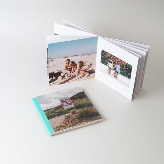Krásná fotokniha s tvrdými kartonovými listy a obálkou z potištěné přírodní lepenky. Ty nejlepší vzpomínky vždy pěkně po ruce.
