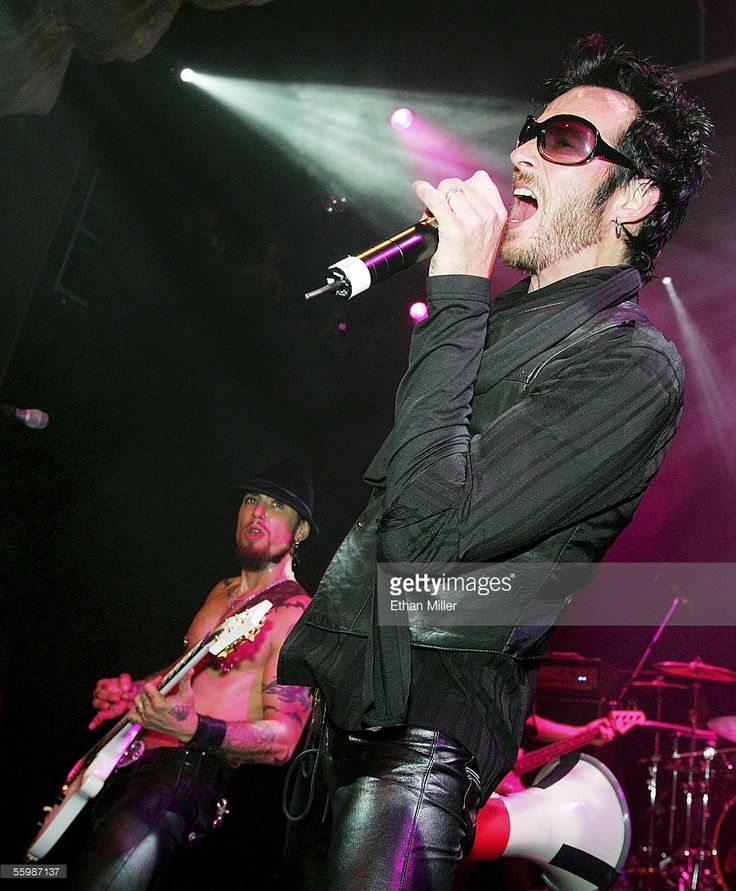 Velvet Revolver singer Scott Weiland (R) performs with Camp Freddy guitarist Dave Navarro at the grand opening of the Empire Ballroom October 22, 2005 in Las Vegas, Nevada.
