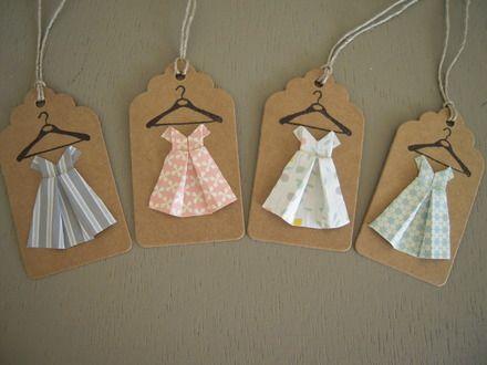 4 étiquettes kraft, lien en lin naturel(baker twine).  Chaque étiquette est ornée d'un porte manteau imprimé à l'encre noire et d'une petite robe enfant en papier (pliage or - 9499659