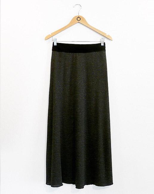 Saia longa em malha chumbo mescla c/ cós em camurça preta e ziper invisível na lateral. R$182.90