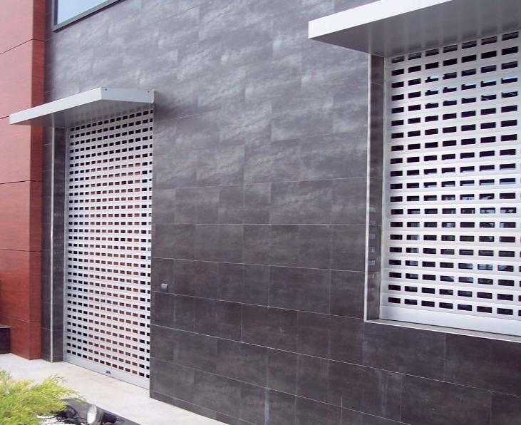 Fabricación y montaje de puertas enrollables de aluminio residenciales, comerciales e industriales. Todo tipo de puertas enrollables al mejor precio. Mayor calidad al menor precio. Presupuesto en menos de 48 horas sin compromiso.