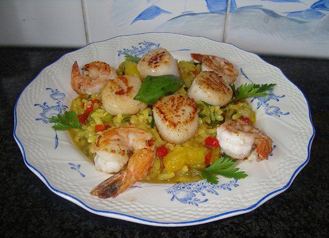 Recept voor Risotto met peultjes, paprika, sint Jacobschelpen en scampi. Meer originele recepten en bereidingswijze voor visgerechten vind je op gette.org.